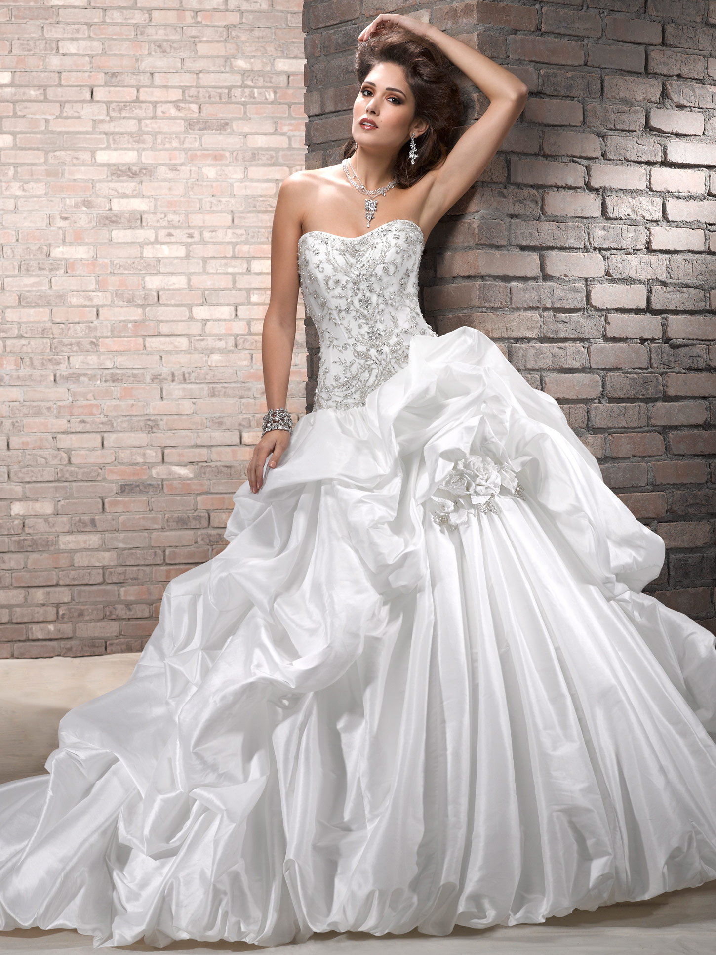 Elegant Ball Gown Wedding Dresses : Looking chic and elegant with strapless ball gown wedding